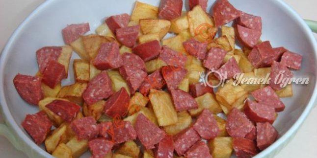 Sucuklu Patates Tava Tarifi – Sucuklu Patates Tava Nasıl Yapılır?