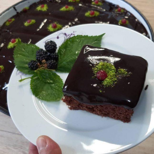 Bol Çikolata Soslu Pasta